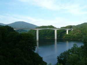 月山湖と山形自動車道 - 西川町
