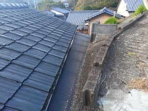 家屋と屋外の斜面の間を増築しています