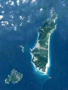 左が式根島、右が新島