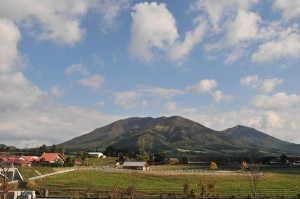 蒜山高原と上蒜山(中央)と中蒜山 - 真庭市