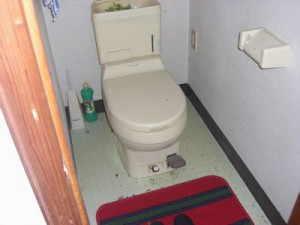 トイレは洋式の汲み取り式