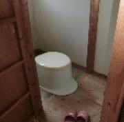 トイレは汲み取り式です