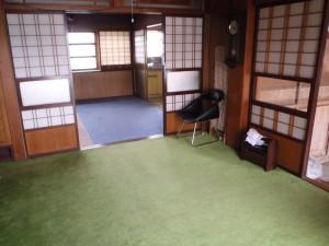 絨毯の敷かれた室内の様子