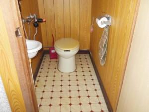 トイレは汲み取り式(簡易水洗)